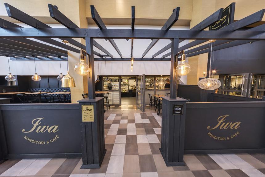 Bakverken färska, kaffet varmt och lunchen redo. Välkommen in till Iwa för en fika eller matbit.